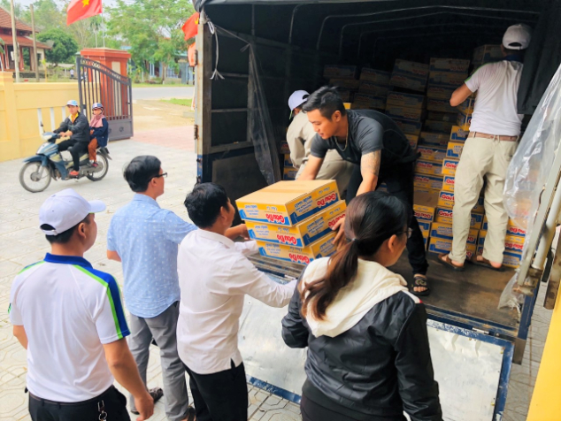 An Phat Holdings gives 3 tons of goods and over 220,000,000 vnd to the Quang Tri people affected by floods
