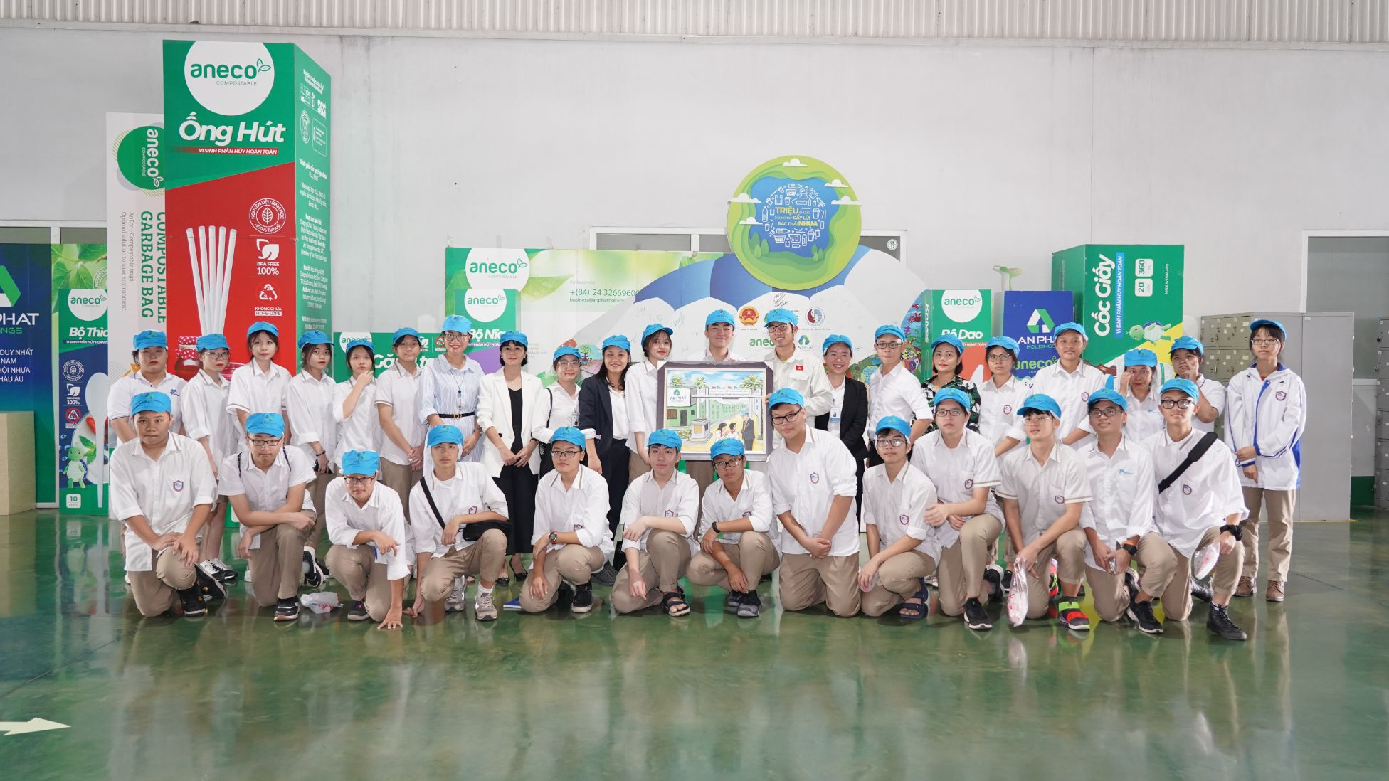 The Delegation of Ban Mai Secondary School and Highschool visits An Phat Bioplastics's factory