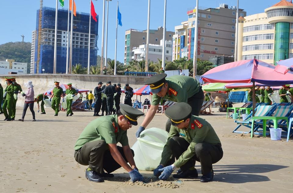 AnEco joins in cleaning Vung Tau beach