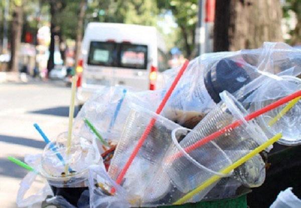 Cốc nhựa dùng 1 lần xả ra môi trường ngày càng nhiều mỗi ngày