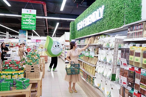 Khách hàng chọn mua thìa sinh học tại Lotte Mart