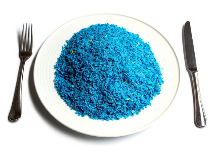 Chúng ta ăn bao nhiêu nhựa mỗi ngày, mỗi tháng và cả đời?