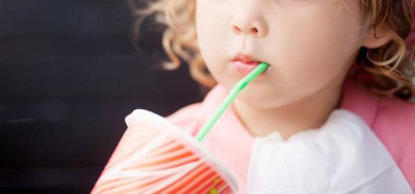 Trẻ nhỏ sử dụng ống hút cần có sự kiểm soát của người lớn
